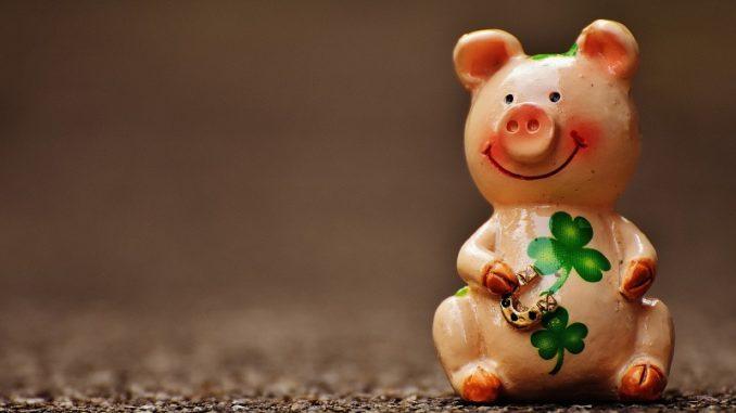 Klassisches Silvestergeschenke: Ein Kleeblatt, ein Hufeisen- und ein Glücksschwein